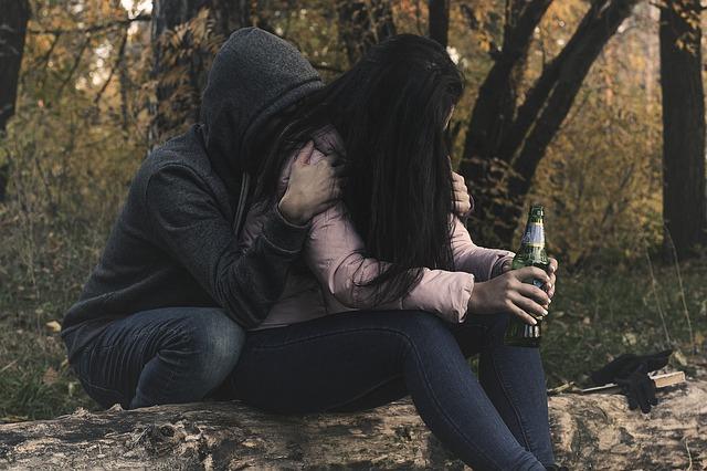casal bebendo