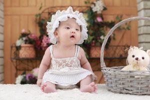 bebê que parece uma boneca